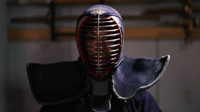 stockvideo's en b-roll-footage met portrait of kendo practitioner in dojo, tokyo, japan. - traditie
