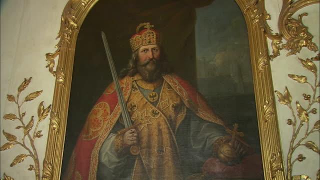 cu zi portrait of king ancestral gallery in munich residence (royal palace of the bavarian monarchs), munich, bavaria, germany - krone kopfbedeckung stock-videos und b-roll-filmmaterial