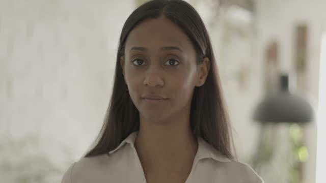 vídeos de stock, filmes e b-roll de portrait of latin female looking content at camera - brasileiro pardo