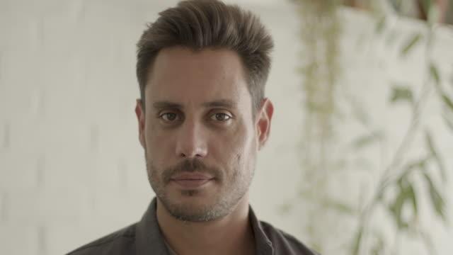 vídeos y material grabado en eventos de stock de portrait of latin male looking content at camera - pardo brasileño