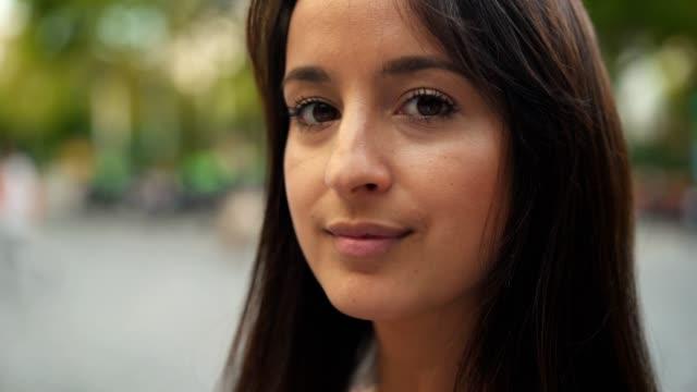 vídeos y material grabado en eventos de stock de retrato de mujer latina mirando la cámara - staring