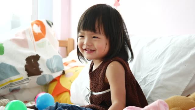 小さな女の赤ちゃんの肖像画 - アイスクリーム点の映像素材/bロール