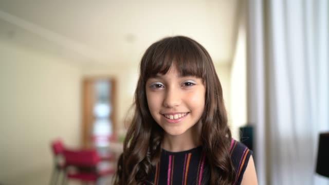 vídeos de stock e filmes b-roll de portrait of little girl at home - living room