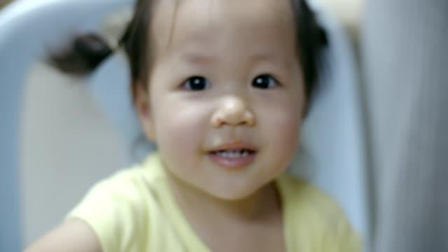 stockvideo's en b-roll-footage met portret van een meisje op zoek naar camera - looking at camera