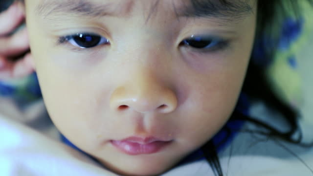 vídeos y material grabado en eventos de stock de retrato de niña, buscando su tablet - pardo brasileño