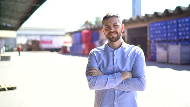 vídeos de stock, filmes e b-roll de retrato de funcionário de logística na empresa de entrega - camisa