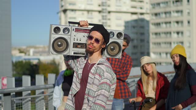 vídeos de stock e filmes b-roll de portrait of male dancer - cultura hip hop