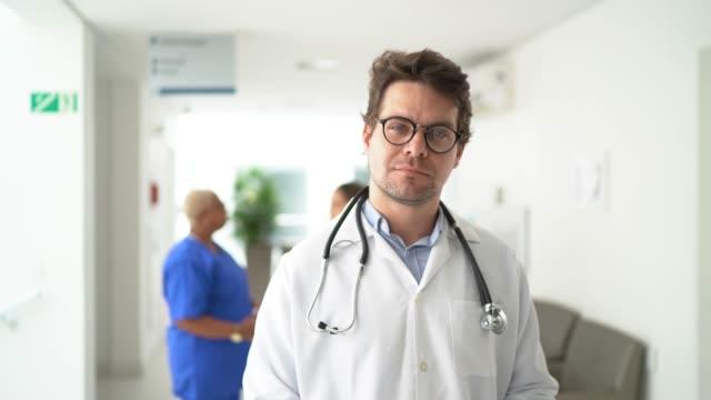 vídeos de stock, filmes e b-roll de retrato de médico masculino no hospital - cirurgião