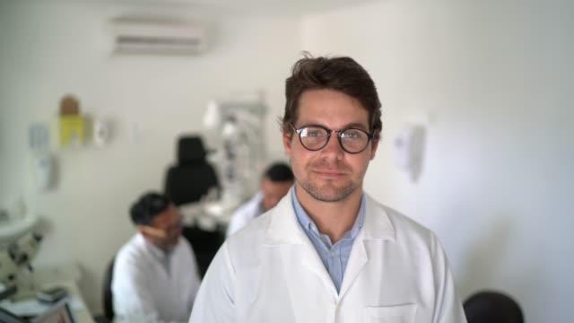 vidéos et rushes de verticale du docteur masculin à l'hôpital - chirurgien