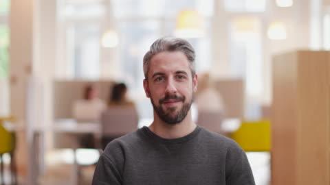 portrait of male entrepreneur in a modern shared workplace - drehort außerhalb der usa stock-videos und b-roll-filmmaterial