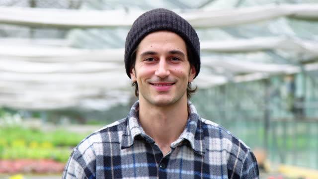 porträt eines männlichen gartencenter-arbeiters - mütze stock-videos und b-roll-filmmaterial