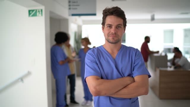 vidéos et rushes de verticale d'infirmière masculine à l'hôpital - infirmier