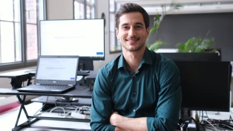 porträtt av manliga professionella med korsade armar - skrivbord bildbanksvideor och videomaterial från bakom kulisserna