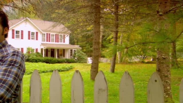 vidéos et rushes de ms, pan, portrait of man in front of country house, phoenicia, new york, usa - un seul homme d'âge moyen