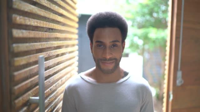 vídeos de stock, filmes e b-roll de retrato do homem na entrada da casa - 20 anos