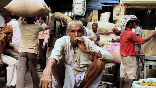 ms zi portrait of man smoking in spice market / new delhi, india - einzelner senior stock-videos und b-roll-filmmaterial