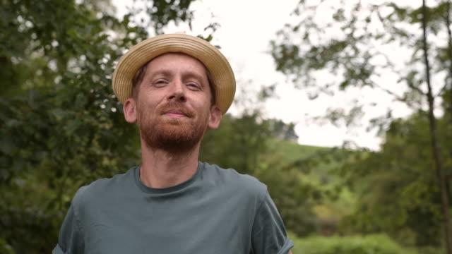portrait of man wearing a hat - in den vierzigern stock-videos und b-roll-filmmaterial