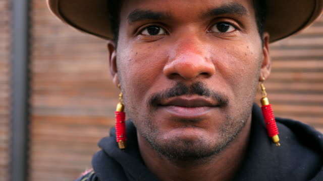 stockvideo's en b-roll-footage met cu portrait of man wearing earrings - oorbel