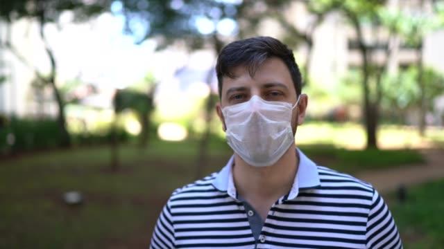 フェイスマスクを着用した男性の肖像 - mid adult men点の映像素材/bロール