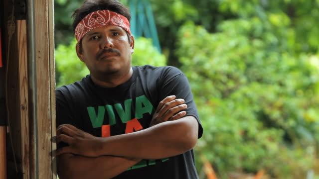 vídeos de stock, filmes e b-roll de ms portrait of man wearing 'viva la raza' t-shirt / homestead, florida, usa - escrita ocidental