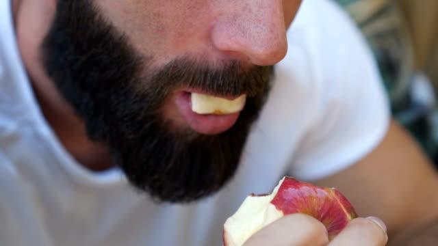 porträtt av man som äter apple - långsamma mo - äpple bildbanksvideor och videomaterial från bakom kulisserna