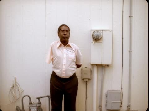 vídeos y material grabado en eventos de stock de ms, portrait of man with one arm standing against white wall with water meters, reno, nevada, usa - amputado