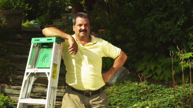 vidéos et rushes de ms portrait of man with step ladder in garden, manchester, vermont, usa - manchester vermont