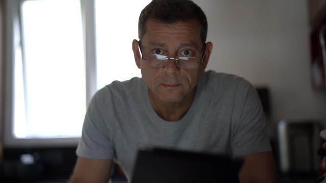 ritratto dell'uomo che lavora da casa - uomini maturi video stock e b–roll