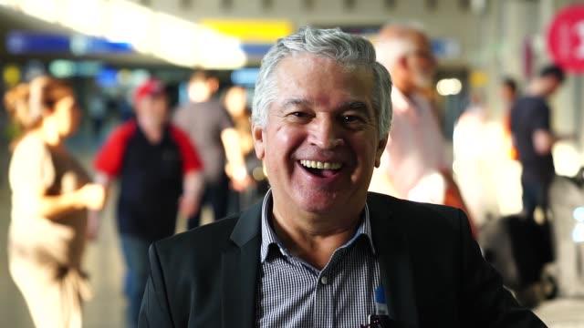 vídeos de stock, filmes e b-roll de retrato do empresário maduro no aeroporto - 60 anos