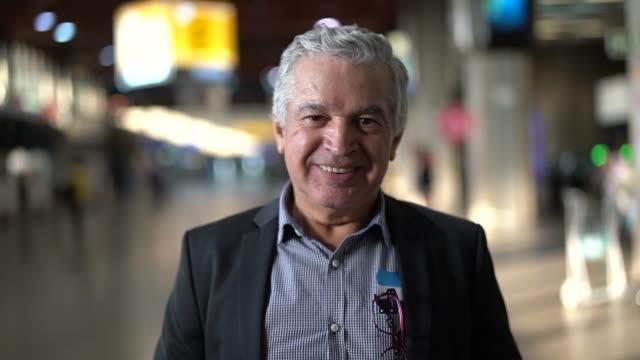 vidéos et rushes de portrait d'homme d'affaires mature à l'aéroport - hommes d'âge mûr