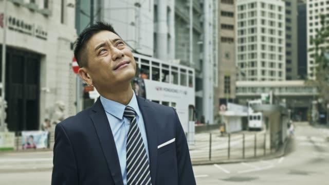 街頭成熟中國商人的肖像 - looking away 個影片檔及 b 捲影像
