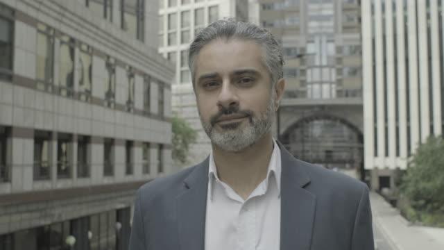 vídeos y material grabado en eventos de stock de portrait of mature corporate business man looking to camera in the city of london wearing suit - un solo hombre maduro