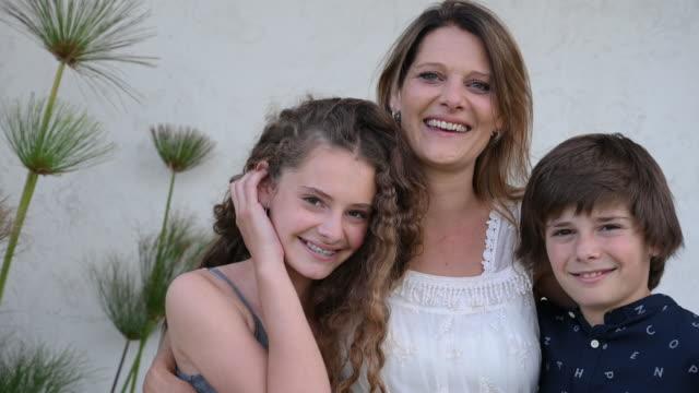 vídeos de stock, filmes e b-roll de retrato da mãe hispânica madura com filhos adolescentes - 40 49 anos