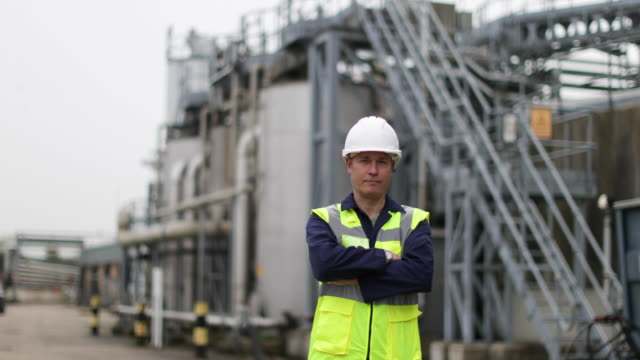portrait of mature industrial worker on site - schutz und arbeitskleidung stock-videos und b-roll-filmmaterial