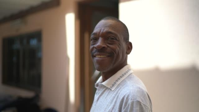 stockvideo's en b-roll-footage met portret van rijpe mens thuis - 45 49 jaar