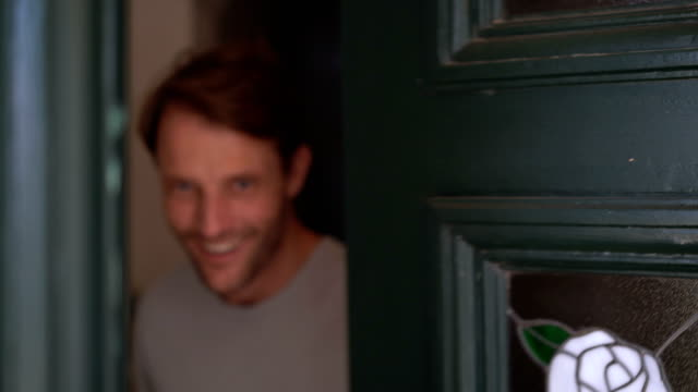 vídeos de stock e filmes b-roll de portrait of mature man opening door and smiling - barba por fazer