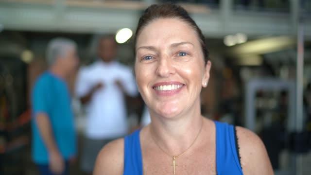 porträtt av mogen kvinna på gymmet - 50 54 år bildbanksvideor och videomaterial från bakom kulisserna