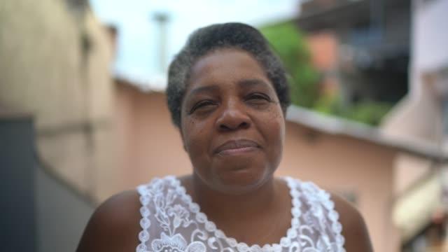 stockvideo's en b-roll-footage met portret van rijpe vrouw thuis - pardo brazilian