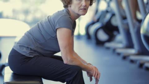 ms tu portrait of mature woman in gym / vancouver, british columbia, canada - 50 54 år bildbanksvideor och videomaterial från bakom kulisserna