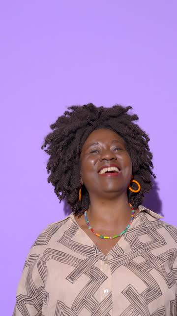 stockvideo's en b-roll-footage met portrait of mature woman laughing - schizofrenie
