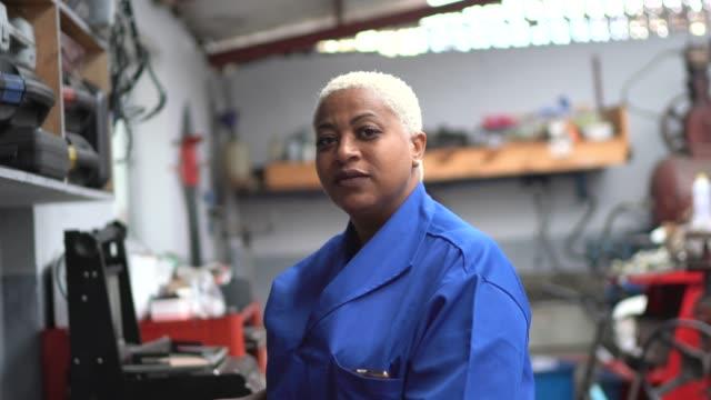 porträt der mechanikerin in auto-reparatur - body positivity stock-videos und b-roll-filmmaterial