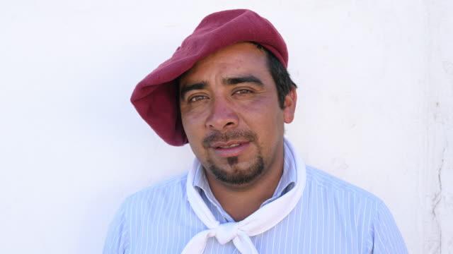 vídeos y material grabado en eventos de stock de retrato de gaucho gaucho argentino de mediana adulta - boina