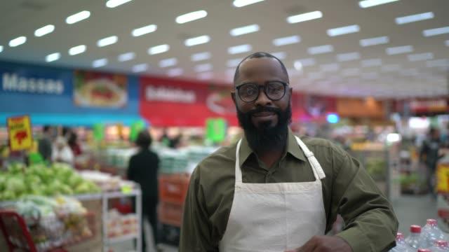 中年成人男性スーパーマーケットオーナー/従業員の肖像 - メガストア点の映像素材/bロール