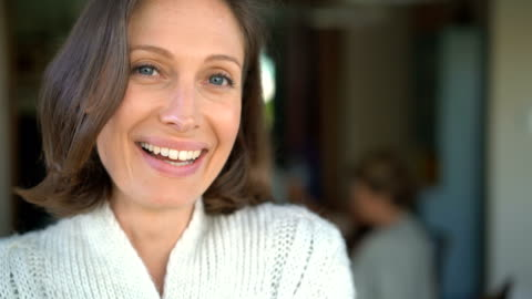 vídeos de stock, filmes e b-roll de portrait of mid adult woman smiling at home - 35 39 anos