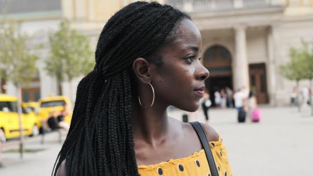 vídeos de stock e filmes b-roll de portrait of millennial african woman with braided hair - handheld camera - braided hair