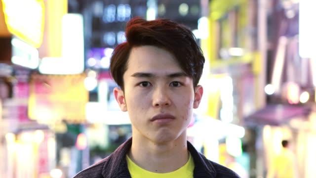 ミレニアル世代のアジア人男性の肖像 - looking at camera点の映像素材/bロール