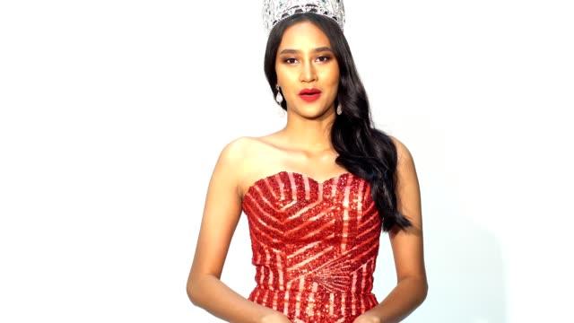porträt des wettbewerbs miss pageant in asiatische frau - schönheitswettbewerb stock-videos und b-roll-filmmaterial