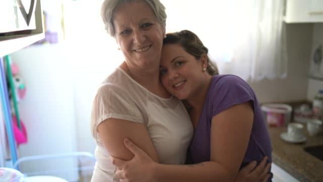 vídeos de stock, filmes e b-roll de retrato de mãe e filha abraçados em casa - respect
