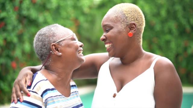 vídeos y material grabado en eventos de stock de retrato de madre e hija abrazando - peladas