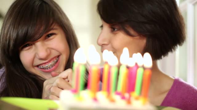 vídeos de stock, filmes e b-roll de cu portrait of mother and daughter (14-15) with birthday cake / brussels, brabant, belgium - mãos cobrindo boca